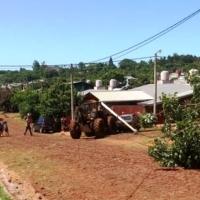 Tractor sin frenos se llevó puesto un poste, un auto, un árbol y el muro de una casa