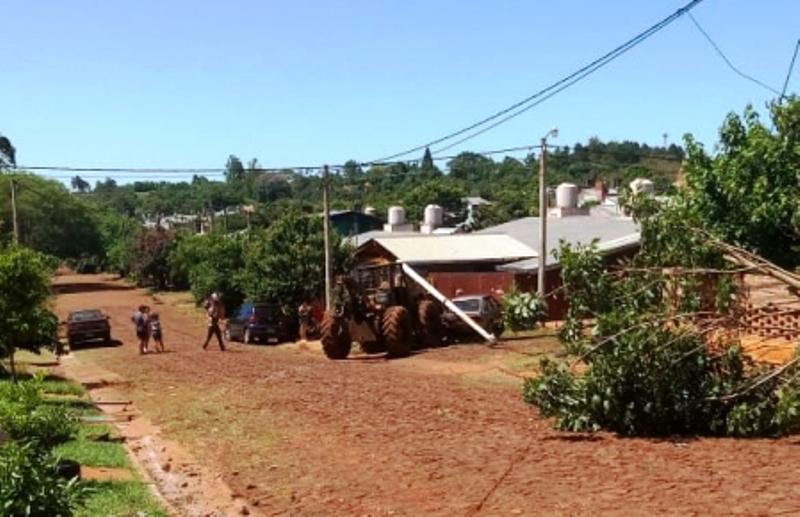 Tractor sin frenos se llevó puesto un poste, un auto, un árbol y el muro de unacasa