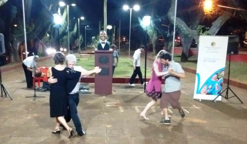 A puro tango, recordaron el Día Nacional del Tango frente al único monumento a Gardel deMisiones