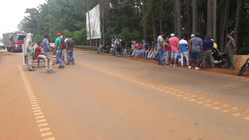 Empleados de Ratti cortan acceso al aeropuerto y a Cataratas por reclamossalariales