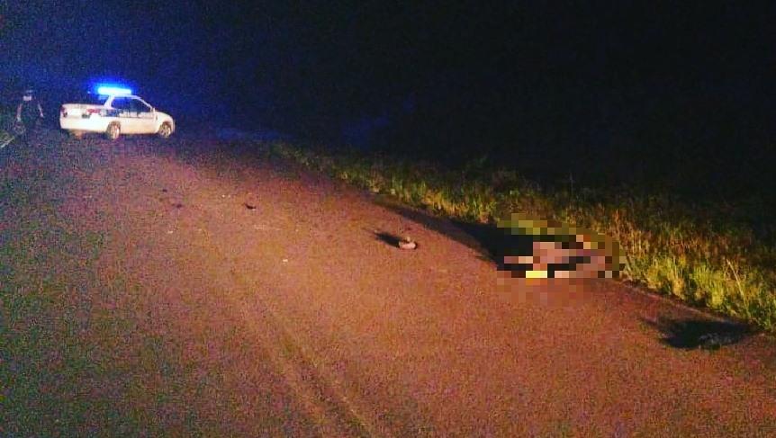 Buscan al motociclista que embistió, mató a un peatón yhuyó