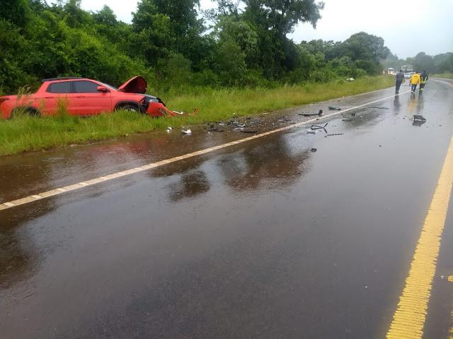 Automovilista perdió el control, chocó contra una camioneta y terminaron fuera de laruta