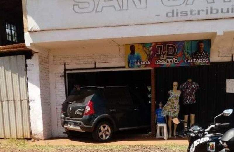 Intentó esquivar a un auto y terminó dentro de un localcomercial
