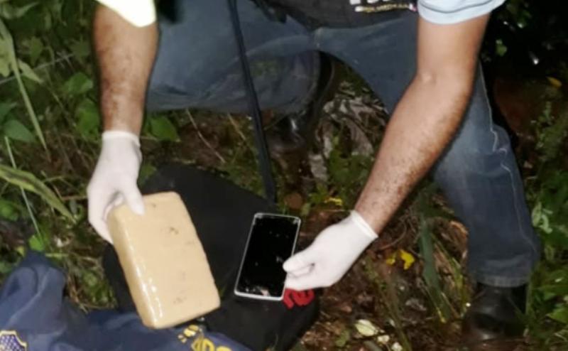 Motociclista vio un control y arrojó la mochila con un pan de marihuana valuada en $55mil