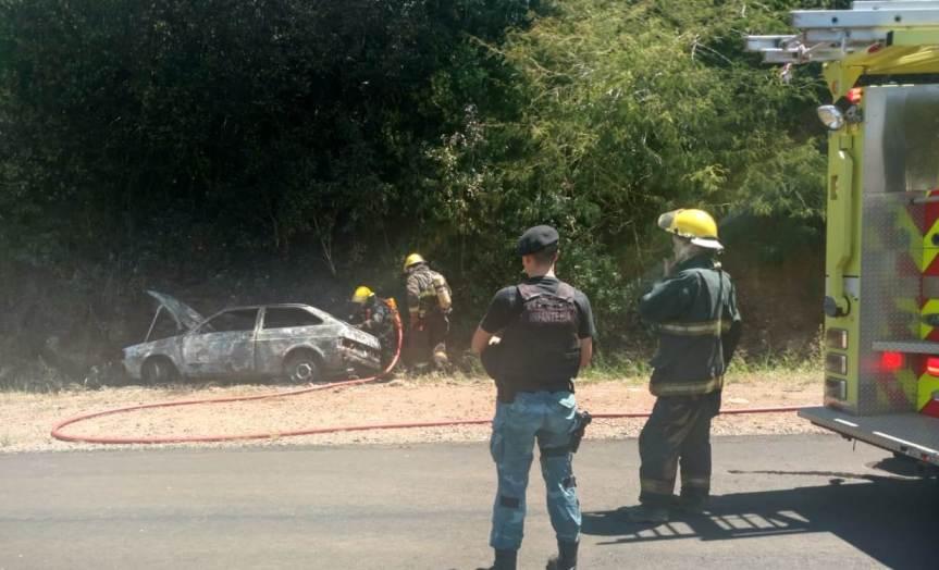 Incendio consumió totalmente el auto de un colono que lo usaba para vender susproductos