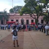 """Docentes protestan frente a Casa de Gobierno contra el aumento del 20%: """"este aumento es una burla"""""""