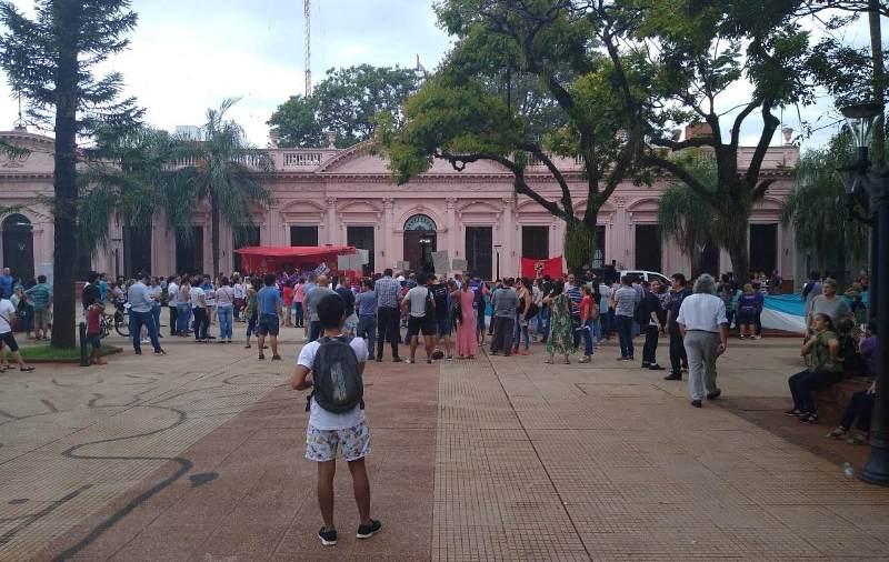 """Docentes protestan frente a Casa de Gobierno contra el aumento del 20%: """"este aumento es unaburla"""""""