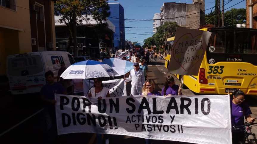 Docentes marchan exigiendo equiparar el básico al de otras provincias, entregaron unpetitorio