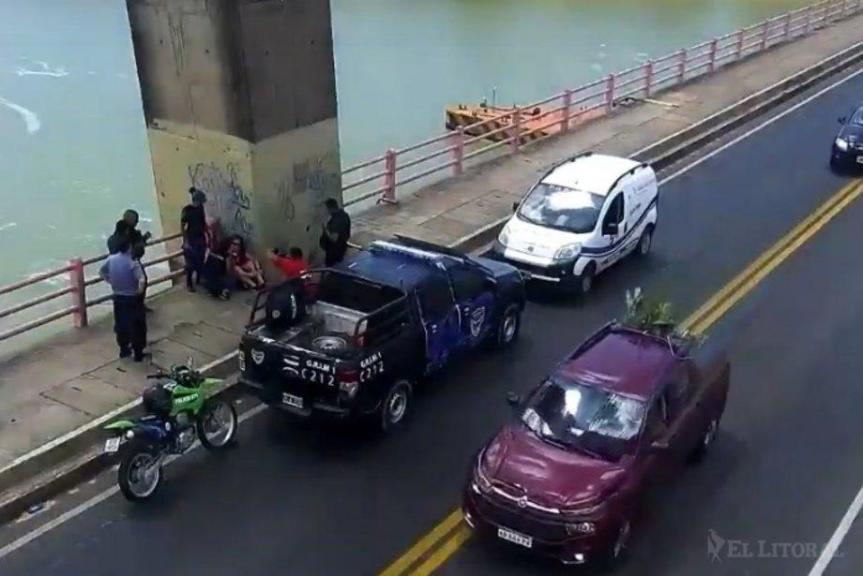 Una mujer se colgó del puente reclamando que la justicia le devuelva a sushijas