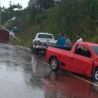 Camioneta impactó contra un camión y lo hizo volcar en Ruta 14 y Pincen