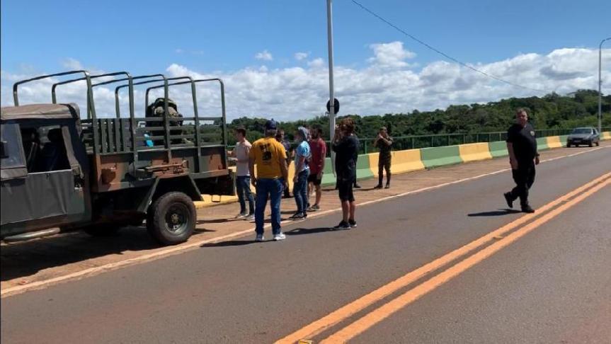 Policía brasileña auxilió a los argentinos varados en elpuente