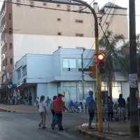 La policía dispersa filas en los cajeros después de las 15.30 horas