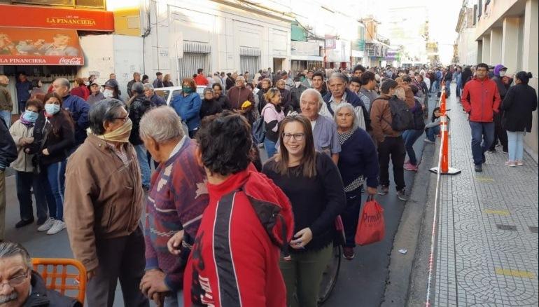 Miles de personas, la mayoría de riesgo, concurrieron a los bancos y colmaron lascalles