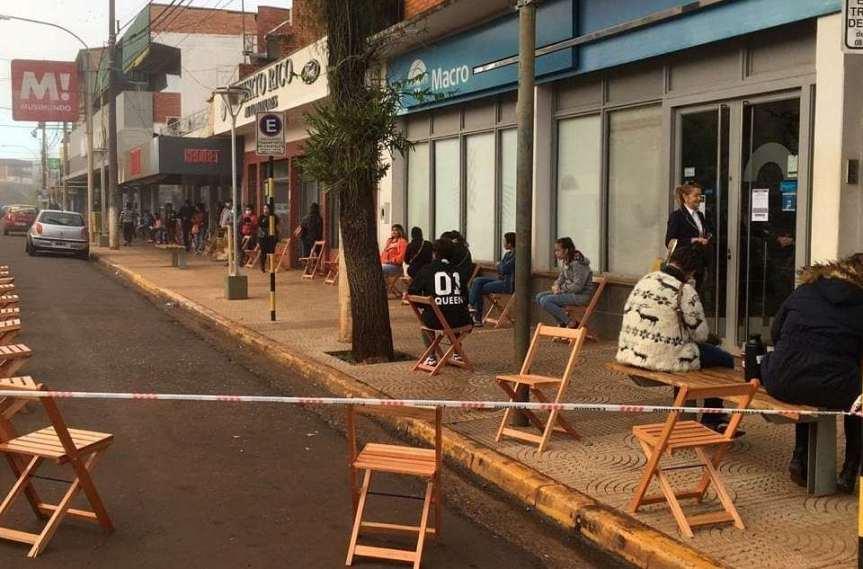 Colocaron sillas frente a los bancos de Puerto Rico yEldorado