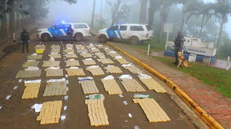 Marihuana valuada en $79 millones: un bote fue hallado con 900 kilos y otros 163 panes abandonados en lamaleza