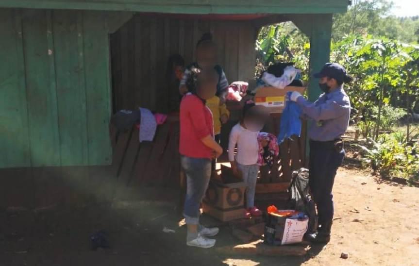Policías donaron ropas y frazadas a una familia de Picada SantaRosa
