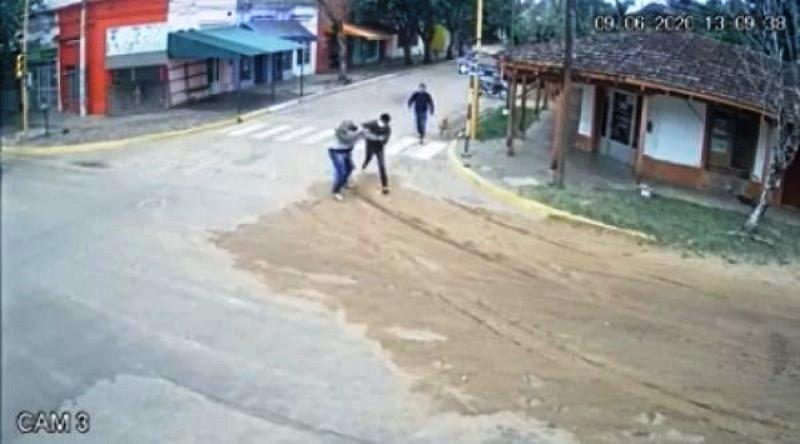 Intendente le robó el celular porque lo filmó descargando mercadería de Nación en la casa de unfamiliar