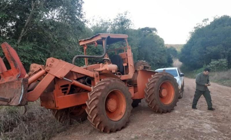 Conductor de un tractor falleció tras caerle un árbolencima
