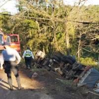 Hombre falleció al caer en un barranco con un camión