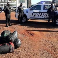 Motociclista llevaba bolsos con 50 kilos de marihuana valuados en $750 mil, evadió un control y fue interceptado en la ruta 14