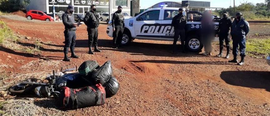 Motociclista llevaba bolsos con 50 kilos de marihuana valuados en $750 mil, evadió un control y fue interceptado en la ruta14