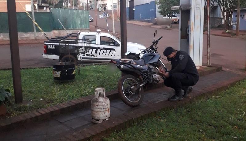 Escondió una moto robada en el monte y fue sorprendido al salir con una garrafa tambiénajena