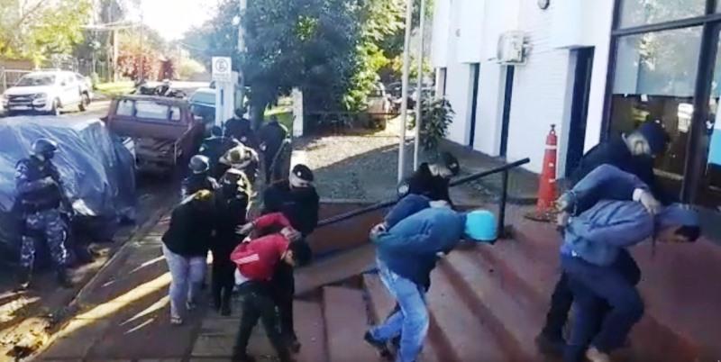 Tiros en Tres Esquinas: Seis detenidos y una adolescente demorada por disturbios, daños a una patrulla y a un chalecoantibalas
