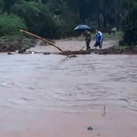 """Vecinos inundados piden un puente: """"esos tubos no dan porque viene una madera y tranca"""""""