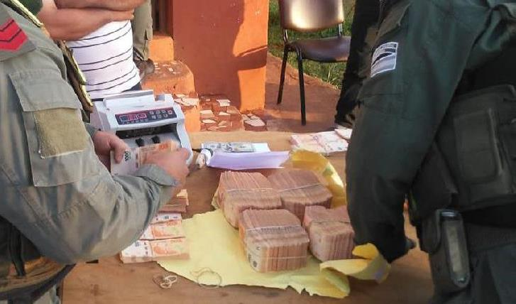 Gendarmes decomisaron 5 millones de pesos que eran transportados por dos sujetos en unacamioneta