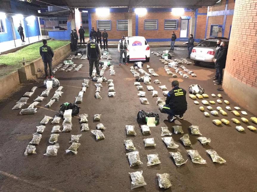 Narco frenó bruscamente y chocó, llevaba 192 kilos de flores de marihuana en un autorobado