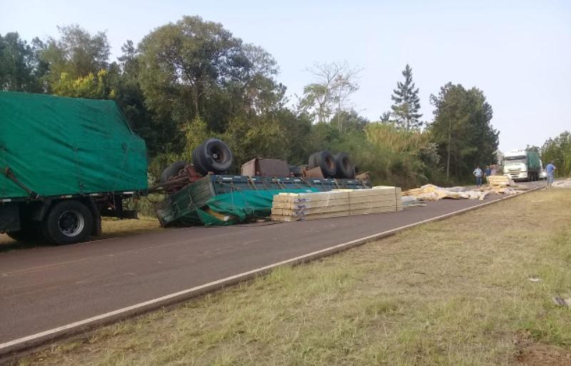 Camión volcó su carga de machimbres en la Ruta11