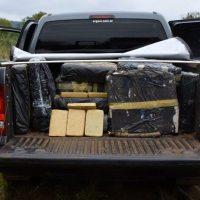 Narcos evadieron control llevando una tonelada de marihuana, uno escapó corriendo