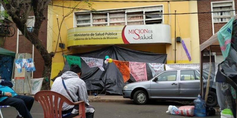 """Empleados de Salud Pública acampan reclamando $40 mil de básico: """"Estamos con un salario miserable de $28mil"""""""