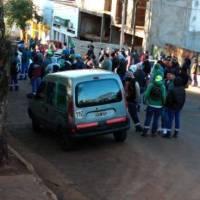Empleados bloquean accesos a la municipalidad por reclamos salariales