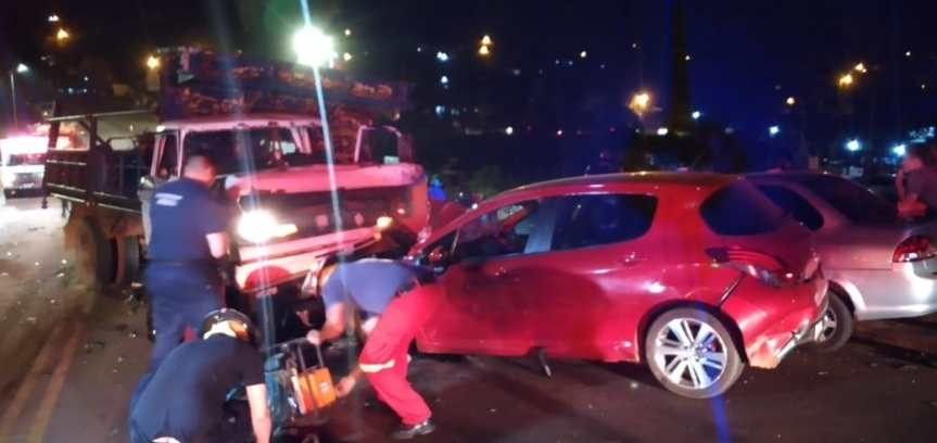 Camión se quedó sin frenos e impactó contra varios vehículos en avenida JoséIngenieros