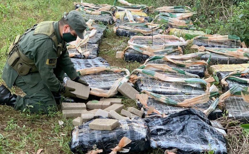 Narco huyó dejando una bolsa con 921 paquetes demarihuana