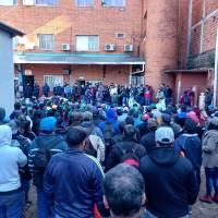 """Empleados tomaron el ingreso a la municipalidad: """"De acá no nos vamos si no hay una respuesta"""""""