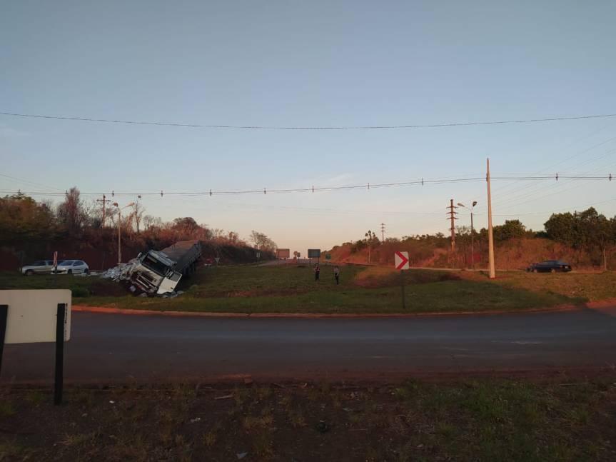 Camión despistó en la rotonda del cruceKaraben