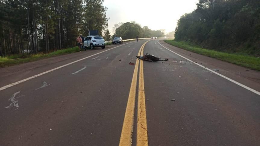 Un motociclista impactó con un auto en la ruta14