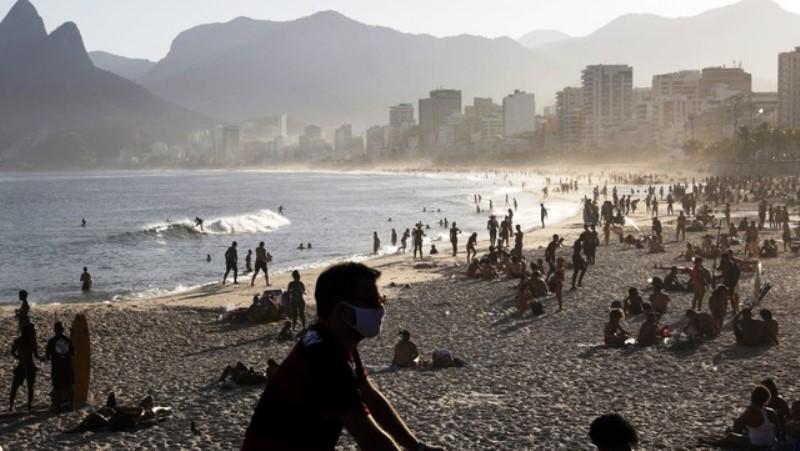 Bajaron los casos de coronavirus en Brasil y se llenaron lasplayas