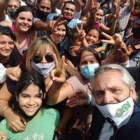 ¿Barbijos y distancia social?: Fernández con militantes en Misiones