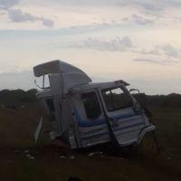 Dos muertos tras choque entre un camión y un colectivo sobre la ruta 118