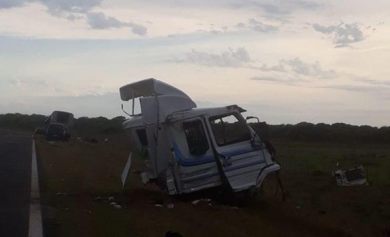 Dos muertos tras choque entre un camión y un colectivo sobre la ruta118