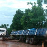 Camión perdió el control en la rotonda del cruce Karaben
