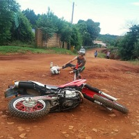 Motociclista recibió una descarga tras caerse un cable de EMSA sobre su espalda