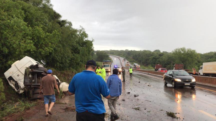 Camión volcó en Santa Ana dejando dosheridos