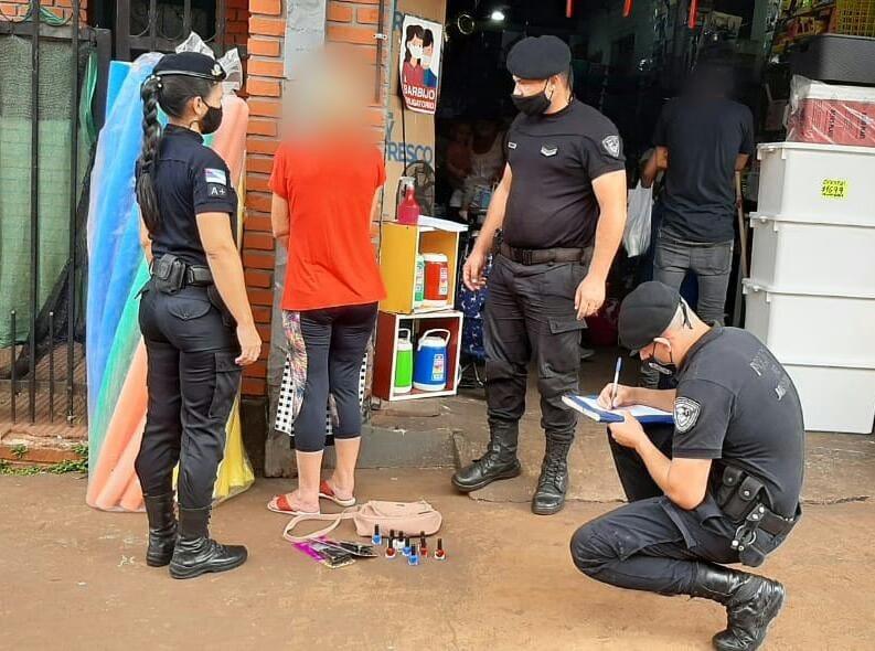 """Detuvieron a """"mechera"""" que robó utensilios de cocina y esmaltes en un local de calleFrench"""