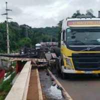 Camión volcó su carga sobre el puente Cuña Pirú