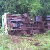 Camionero se durmió, despistó y cayó a un precipicio