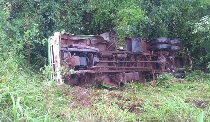 Camionero se durmió, despistó y cayó a unprecipicio